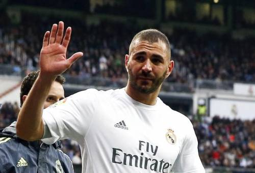 Football Soccer - Real Madrid v Sporting Gijon - Spanish Liga BBVA - Santiago Bernabeu, Madrid, Spain - 17/01/16 Real Madrid's Karim Benzema gestures as he leaves after being injured. REUTERS/Andrea Comas