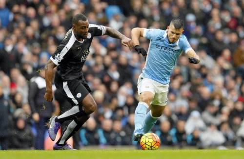 Football - Manchester City v Leicester City - Barclays Premier League - Etihad Stadium - 6/2/16. Manchester City's Sergio Aguero in action with Leicester City's Wes Morgan Action Images via Reuters/Jason Cairnduff/Livepic