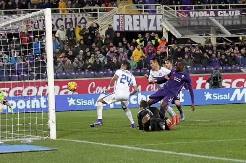 Khouma Babacar (Right) of ACF Fiorentina scores against Inter