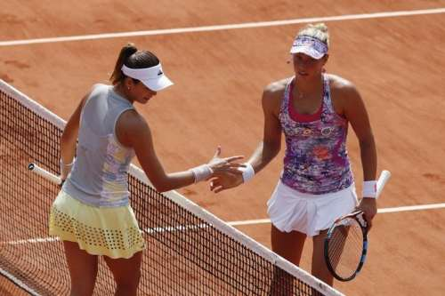 Tennis - French Open - Roland Garros - Yanina Wickmayer of Belgium vs Garbine Muguruza of Spain - Paris, France - 27/05/16. Garbine Muguruza shakes hands after beating Yanina Wickmayer. REUTERS/Benoit Tessier