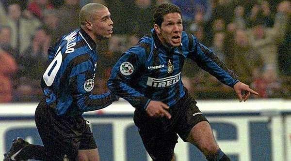 Selebrasi Diego Simeone bersama Ronaldo Luiz Nazario de Lima saat memperkuat Inter Milan.