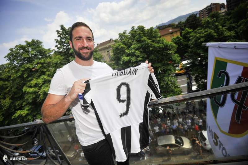 size 40 ee315 a5998 Higuain arrives in Turin to huge welcome from Juventus fans