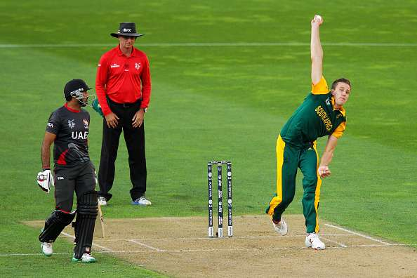 WELLINGTON, NEW ZEALAND - MARCH 12:  Morne Morkel of South Africa bowls while Amjad Ali of the United Arab Emirates and umpire Rod Tucker of Australia look on during the 2015 ICC Cricket World Cup match between South Africa and the United Arab Emirates at Wellington Regional Stadium on March 12, 2015 in Wellington, New Zealand.  (Photo by Hagen Hopkins/Getty Images)
