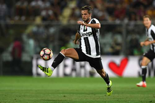 MODENA, ITALY - AUGUST 13:  Miralem Pjanic of FC Juventus controls the ball during the Pre-Season Friendly match between FC Juventus and Espanyol at Alberto Braglia Stadium on August 13, 2016 in Modena, Italy.  (Photo by Valerio Pennicino/Getty Images)