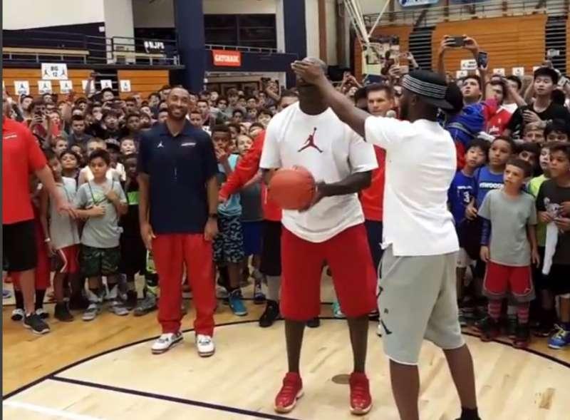 【影片】籃球之神有多穩?保羅老魚和53歲喬神打賭投籃,但在場的小球迷失望了!