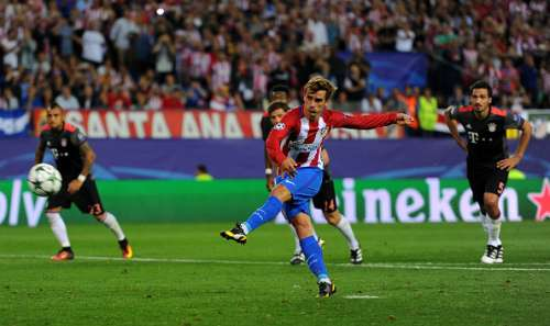 MADRID, SPAIN - SEPTEMBER 28:  Antoine Griezmann of Atletico Madrid misses a penalty during the UEFA Champions League group D match between Club Atletico de Madrid and FC Bayern Muenchen at the Vicente Calderon Stadium on September 28, 2016 in Madrid, Spain.  (Photo by Denis Doyle/Getty Images)