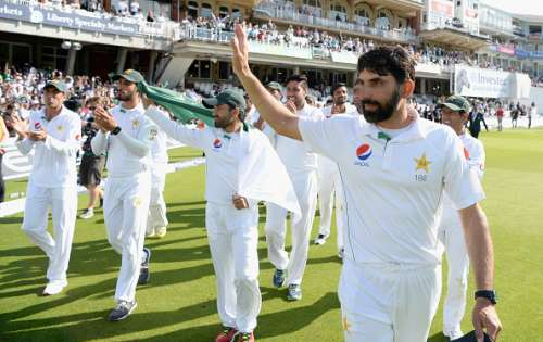 LONDON, ENGLAND - AUGUST 14:  Pakistan captain Misbah-ul-Haq leads his team on a lap of honour after winning the 4th Investec Test between England and Pakistan at The Kia Oval on August 14, 2016 in London, England.  (Photo by Gareth Copley/Getty Images)
