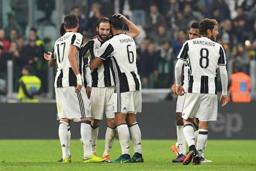 TURIN, ITALY - OCTOBER 29:  Gonzalo Higuain (C) of Juventus FC celebrate victory with team mates at the end of the Serie A match between Juventus FC and SSC Napoli at Juventus Stadium on October 29, 2016 in Turin, Italy.  (Photo by Valerio Pennicino/Getty Images)