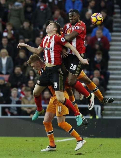 Britain Football Soccer - Sunderland v Hull City - Premier League - The Stadium of Light - 19/11/16 Sunderland's Victor Anichebe and Paddy McNair in action with Hull City's Sam Clucas Action Images via Reuters / Craig Brough Livepic