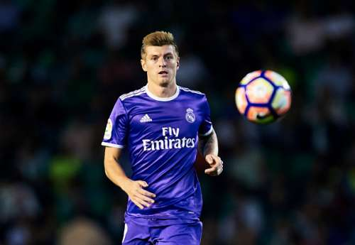 SEVILLE, SPAIN - OCTOBER 15:  Toni Kroos of Real Madrid CF in action during the match between Real Betis Balompie and Real Madrid CF as part of La Liga at Benito Villamrin stadium October 15, 2016 in Seville, Spain.  (Photo by Aitor Alcalde/Getty Images)