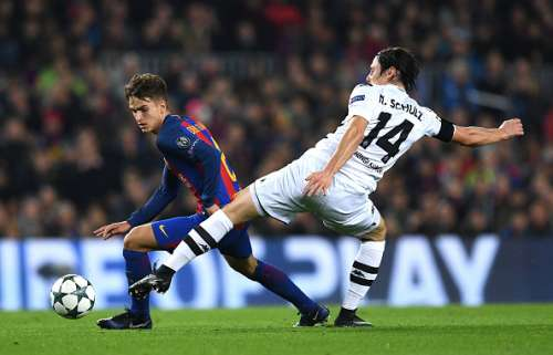 BARCELONA, SPAIN - DECEMBER 06: Denis Suarez of Barcelona (L) attempts to take the ball past Nico Schulz of Borussia Moenchengladbach (R) during the UEFA Champions League Group C match between FC Barcelona and VfL Borussia Moenchengladbach at Camp Nou on December 6, 2016 in Barcelona, .  (Photo by David Ramos/Getty Images)