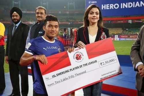 Jerry Lalrinzuala of Chennaiyin FC receives the ISL Emerging Player of the League 2016 Award from Nita Ambani.jpg