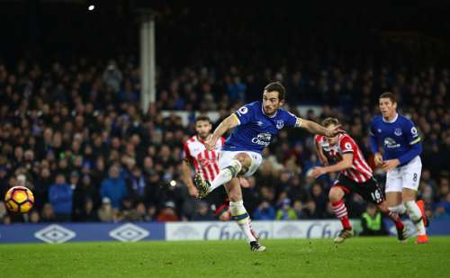 LIVERPOOL, ENGLAND - JANUARY 02: Leighton Baines of Everton scores his sides second goal from the penalty spot during the Premier League match between Everton and Southampton at Goodison Park on January 2, 2017 in Liverpool, England.  (Photo by Clive Brunskill/Getty Images)