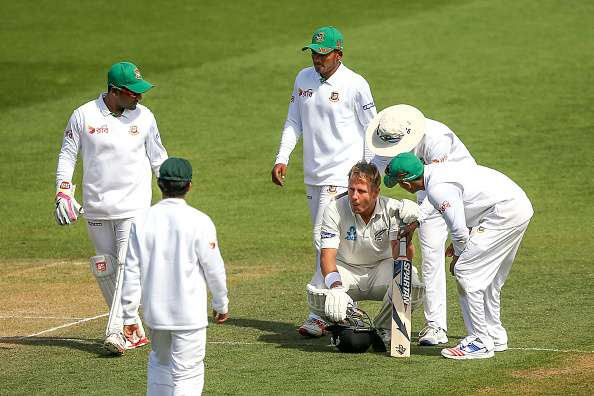 WELLINGTON, NEW ZEALAND - JANUARY 15:  Bangladesh players check on the welfare of Neil Wagner of New Zealand after being struck under his chin by a delivery during day four of the First Test match between New Zealand and Bangladesh at Basin Reserve on January 15, 2017 in Wellington, New Zealand.  (Photo by Hagen Hopkins/Getty Images)
