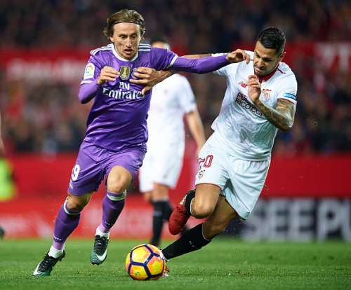 SEVILLE, SPAIN - JANUARY 15:  Luka Modric of Real Madrid CF (L) competes for the ball with Victor Machin Perez 'Vitolo' of Sevilla FC (R) during the La Liga match between Sevilla FC and Real Madrid CF at Estadio Ramon Sanchez Pizjuan on January 15, 2017 in Seville, Spain.  (Photo by Aitor Alcalde/Getty Images)