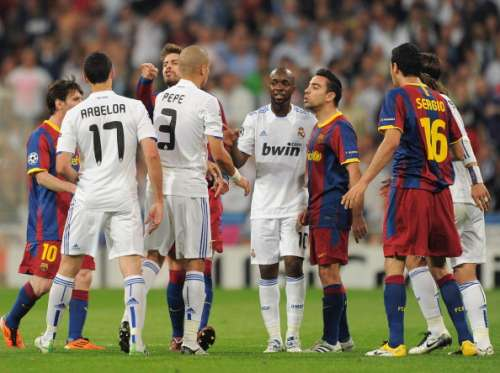 MADRID, SPAIN - APRIL 27:  Xavi Hernandez (R) and Gerard Pique (2nd L) of Barcelona argue with Alvaro Arbeloa (L), Pepe (3rd L) and Lassana Diarra (2nd R) of Real Madrid during the UEFA Champions League Semi Final first leg match between Real Madrid and Barcelona at the Estadio Santiago Bernabeu on April 27, 2011 in Madrid, Spain.  (Photo by Jasper Juinen/Getty Images)