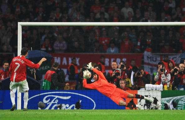 Ao chegar a sua vez, o então jovem português Cristiano Ronaldo foi para a batida do pênalti e acabou errando a cobrança, com direito a boa defesa de Cech Foto: SportsKeeda