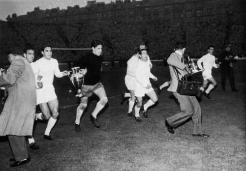 19th May 1960:  From left to right, Canario, Zarraga, Dominguez, Gento, Di Stefano and Santamaria of Real Madrid tour Hampden Park in Glasgow with their trophy after winning the European Cup. They beat Eintracht Frankfurt by 7-3.  (Photo by Keystone/Getty Images)