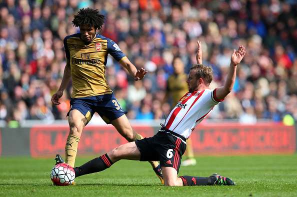 SUNDERLAND, ENGLAND - APRIL 24:  Mohamed Elneny of Arsenal is tackled by Lee Cattermole of Sunderland during the Barclays Premier League match between Sunderland and Arsenal at the Stadium of Light on April 24, 2016 in Sunderland, United Kingdom.  (Photo by Ian MacNicol/Getty Images)