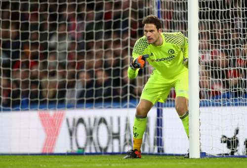 LONDON, ENGLAND - JANUARY 28:  Asmir Begovic of Chelsea in action during the Emirates FA Cup fourth round match between Chelsea and Brentford at Stamford Bridge on January 28, 2017 in London, England.  (Photo by Clive Mason/Getty Images)