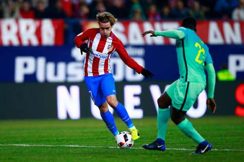 MADRID, SPAIN - FEBRUARY 01: Antoine Griezmann (L) of Atletico de Madrid competes for the ball with Samuel Umiti (R) of FC Barcelona during the Copa del Rey semi-final first leg match between Club Atletico de Madrid and FC Barcelona at Estadio Vicente Calderon on February 1, 2017 in Madrid, Spain.  (Photo by Gonzalo Arroyo Moreno/Getty Images)