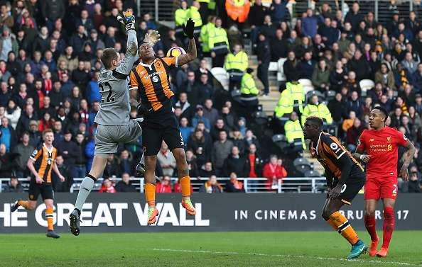 HULL, ENGLAND - FEBRUARY 04:  Simon Mignolet of Liverpool (L) and Abel Hernandez of Hull City (CR) battle to win a header which later leads to Hull City first goal during the Premier League match between Hull City and Liverpool at KCOM Stadium on February 4, 2017 in Hull, England.  (Photo by Nigel Roddis/Getty Images)