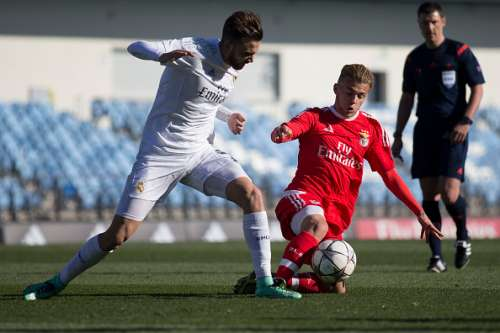 MADRID, SPAIN - MARCH 08: Goncalo Rodrigues (R) of SL Benfica competes for the ball with Borja Mayoral (L) of Real Madrid CF during the UEFA Youth League Quarter Finals match between  Real Madrid CF and SL Benfica at Estadio Alfredo Di Stefano on March 8, 2016 in Madrid, Spain.  (Photo by Gonzalo Arroyo Moreno/Getty Images)