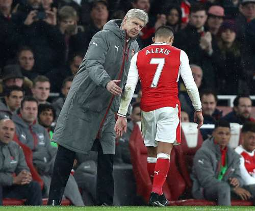 LONDON, ENGLAND - DECEMBER 10:  Arsene Wenger, Manager of Arsenal (L) embraces Alexis Sanchez of Arsenal (R) after he is subbed during the Premier League match between Arsenal and Stoke City at the Emirates Stadium on December 10, 2016 in London, England.  (Photo by Clive Rose/Getty Images)