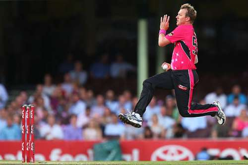 SYDNEY, AUSTRALIA - JANUARY 22:  Brett Lee of the Sixers bowls during the Big Bash League match between the Sydney Sixers and the Sydney Thunder at Sydney Cricket Ground on January 22, 2015 in Sydney, Australia.  (Photo by Brendon Thorne/Getty Images)