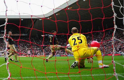 SUNDERLAND, ENGLAND - OCTOBER 17:  Darren Bent of Sunderland (obscured) shot on goal deflects off of a balloon as Pepe Reina of Liverpool fails to save the Barclays Premier League match between Sunderland and  Liverpool at the Stadium of Light on October 17, 2009 in Sunderland, England.  (Photo by Mike Hewitt/Getty Images)