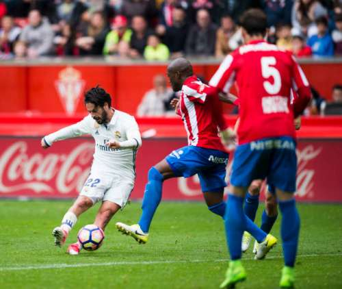 GIJON, SPAIN - APRIL 15:  Isco of Real Madrid scoring his team's third goal during the La Liga match between Real Sporting de Gijon and Real Madrid at Estadio El Molinon on on April 15, 2017 in Gijon, Spain.  (Photo by Juan Manuel Serrano Arce/Getty Images)