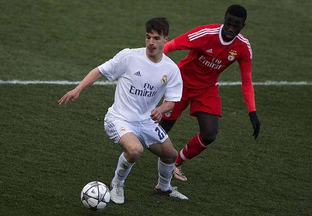 MADRID, SPAIN - MARCH 08: Jaime Seoane (L) of Real Madrid CFa competes for the ball with Jose Gomes (R) of SL Benfica during the UEFA Youth League Quarter Finals match between  Real Madrid CF and SL Benfica at Estadio Alfredo Di Stefano on March 8, 2016 in Madrid, Spain.  (Photo by Gonzalo Arroyo Moreno/Getty Images)