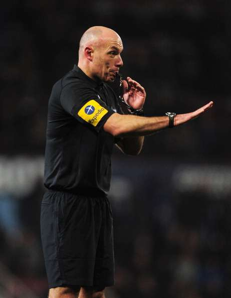 135dd2469 FIFA regulations stipulate that referees wear black shorts