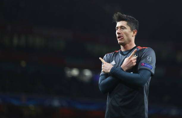 LONDON, ENGLAND - MARCH 07:  Robert Lewandowski of Bayern Muenchen celebrates as he scores their first goal from a penalty during the UEFA Champions League Round of 16 second leg match between Arsenal FC and FC Bayern Muenchen at Emirates Stadium on March 7, 2017 in London, United Kingdom.  (Photo by Clive Mason/Getty Images)