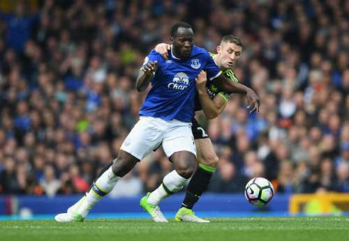 LIVERPOOL, ENGLAND - APRIL 30:  Romelu Lukaku of Everton and Gary Cahill of Chelsea battle for possession during the Premier League match between Everton and Chelsea at Goodison Park on April 30, 2017 in Liverpool, England.  (Photo by Laurence Griffiths/Getty Images)