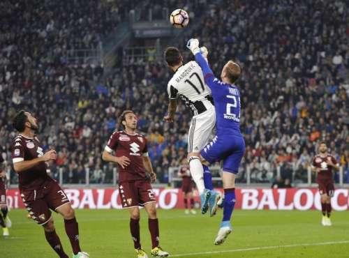 Football Soccer - Juventus v Torino - Italian Serie A - Juventus Stadium, Turin, Italy - 06/05/2017 Juventus' Mario Mandzukic and Torino's goalkeeper Joe Hart in action. REUTERS/Giorgio Perottino