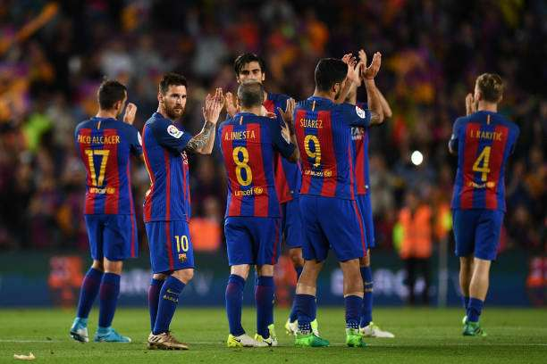 BARCELONA, SPAIN - MAY 21:  Barcelona players applaud fans during the La Liga match between Barcelona and Eibar at Camp Nou on 21 May, 2017 in Barcelona, Spain.  (Photo by David Ramos/Getty Images)