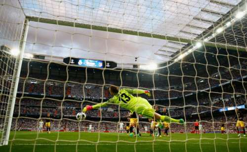 MADRID, SPAIN - MAY 02:  Jan Oblak of Atletico Madrid makes a save during the UEFA Champions League semi final first leg match between Real Madrid CF and Club Atletico de Madrid at Estadio Santiago Bernabeu on May 2, 2017 in Madrid, Spain.  (Photo by Clive Rose/Getty Images)