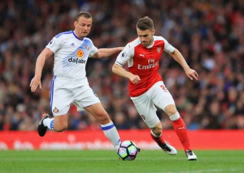 LONDON, ENGLAND - MAY 16: Lee Cattermole of Sunderland puts pressure on Aaron Ramsey of Arsenal during the Premier League match between Arsenal and Sunderland at Emirates Stadium on May 16, 2017 in London, England.  (Photo by Richard Heathcote/Getty Images)