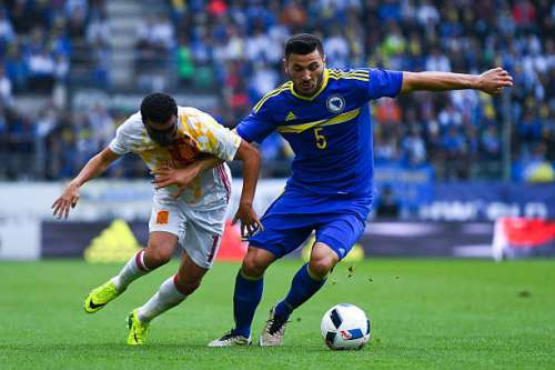 ST GALLEN, SWITZERLAND - MAY 29:  Pedro Rodriguez of Spain competes for the ball with Sead Kolasinac of Bosnia during an international friendly match between Spain and Bosnia at the AFG Arena on May 29, 2016 in St Gallen, Switzerland.  (Photo by David Ramos/Getty Images)
