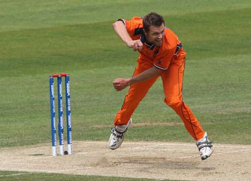LONDON, ENGLAND - JUNE 03:  Dirk Nannes of Netherlands in action during the Twenty20 warm up match between Netherlands and Scotland at The Brit Oval on June 3, 2009 in London, England.  (Photo by Hamish Blair/Getty Images)