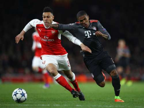 LONDON, ENGLAND - MARCH 07:  Douglas Costa of Bayern Muenchen and Francis Coquelin of Arsenal battle for the ball during the UEFA Champions League Round of 16 second leg match between Arsenal FC and FC Bayern Muenchen at Emirates Stadium on March 7, 2017 in London, United Kingdom.  (Photo by Clive Mason/Getty Images)