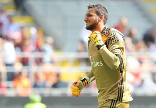 MILAN, ITALY - APRIL 09:  Gianluigi Donnarumma of AC Milan celebrates his team-mates goal during the Serie A match between AC Milan and US Citta di Palermo at Stadio Giuseppe Meazza on April 9, 2017 in Milan, Italy.  (Photo by Marco Luzzani/Getty Images)