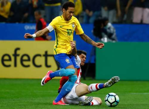 SAO PAULO, BRAZIL - MARCH 28: Neymar (L) of Brazil struggles for the ball with Dario Veron of Paraguay during a match between Brazil and Paraguay as part of 2018 FIFA World Cup Russia Qualifier at Arena Corinthians on March 28, 2017 in Sao Paulo, Brazil. (Photo by Buda Mendes/Getty Images)