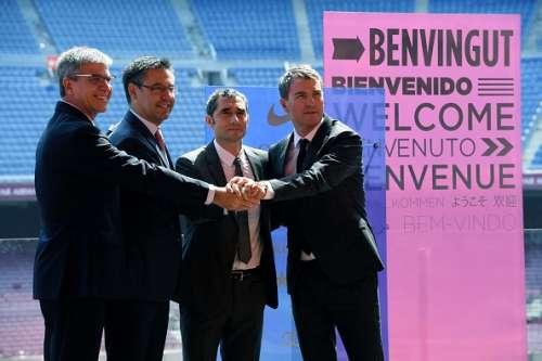 Barcelona's new coach Ernesto Valverde (2nd R) holds hands with Barcelona's president Josep Maria Bartomeu (2nd L), third vice president Jordi Mestre (L) and sports director, Robert Fernandez (R