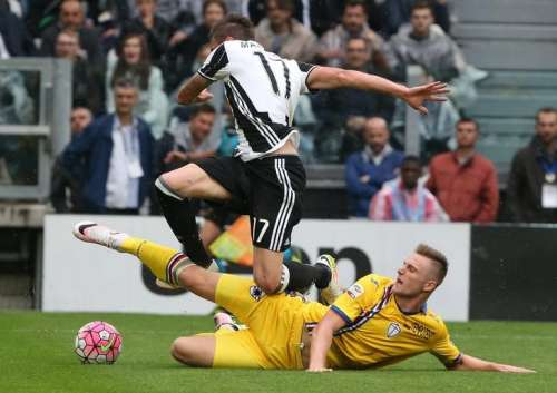 Football Soccer - Juventus v Sampdoria - Italian Serie A - Juventus stadium, Turin, Italy - 14/05/16 Juventus' Mario Mandzukic in action against Sampdoria's Milan Skriniar. REUTERS/Stefano Rellandini/Files