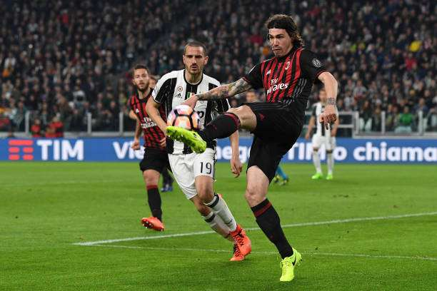 TURIN, ITALY - MARCH 10:  Alessio Romagnoli (L) of AC Milan in action against Leonardo Bonucci of Juventus FC during the Serie A match between Juventus FC and AC Milan at Juventus Stadium on March 10, 2017 in Turin, Italy.  (Photo by Valerio Pennicino/Getty Images)
