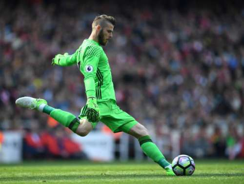LONDON, ENGLAND - MAY 07: David De Gea of Manchester United in action during the Premier League match between Arsenal and Manchester United at Emirates Stadium on May 7, 2017 in London, England.  (Photo by Laurence Griffiths/Getty Images)