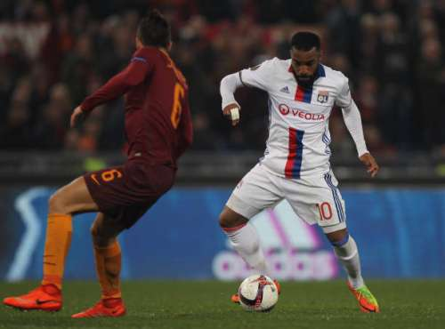 ROME, ITALY - MARCH 16:  Federico Fazio (L) of AS Roma competes for the ball with Alexandre Lacazette of Olympique Lyonnais during the UEFA Europa League Round of 16 second leg match between AS Roma and Olympique Lyonnais at Stadio Olimpico on March 16, 2017 in Rome, Italy.  (Photo by Paolo Bruno/Getty Images )