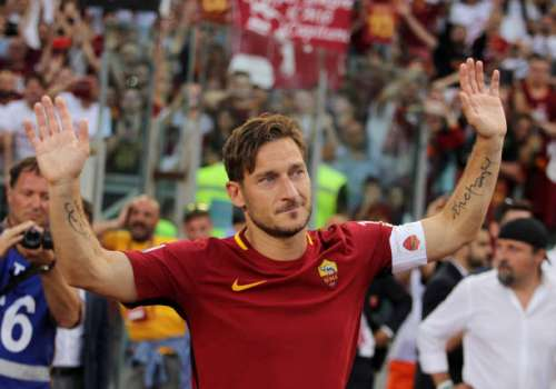 ROME, ITALY - MAY 28:  Francesco Totti greets the fans after his last match during the Serie A match between AS Roma and Genoa CFC at Stadio Olimpico on May 28, 2017 in Rome, Italy.  (Photo by Paolo Bruno/Getty Images)